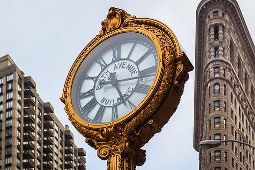 De wereldberoemde klok op Fifth Avenue, New York van Roy Poots