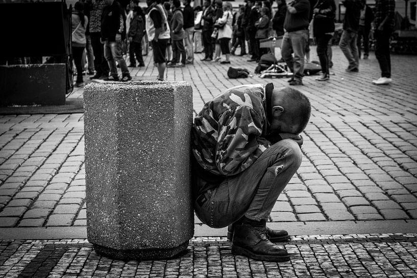 Homeless guy in Prague van Julian Buijzen