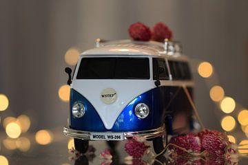 VW-Bus mit Bokeh und Blumen von Fotografie Sybrandy