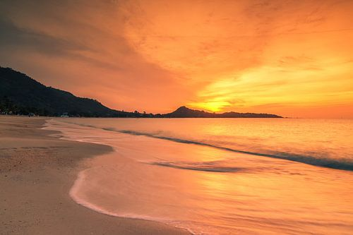 Sunrise on Lamai beach van Ilya Korzelius