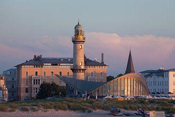 Rostock-Warnemuende : Seepromenade mit Cafe Teepott und alten Leuchtturm und Strand bei Abendd�mmeru von Torsten Krüger