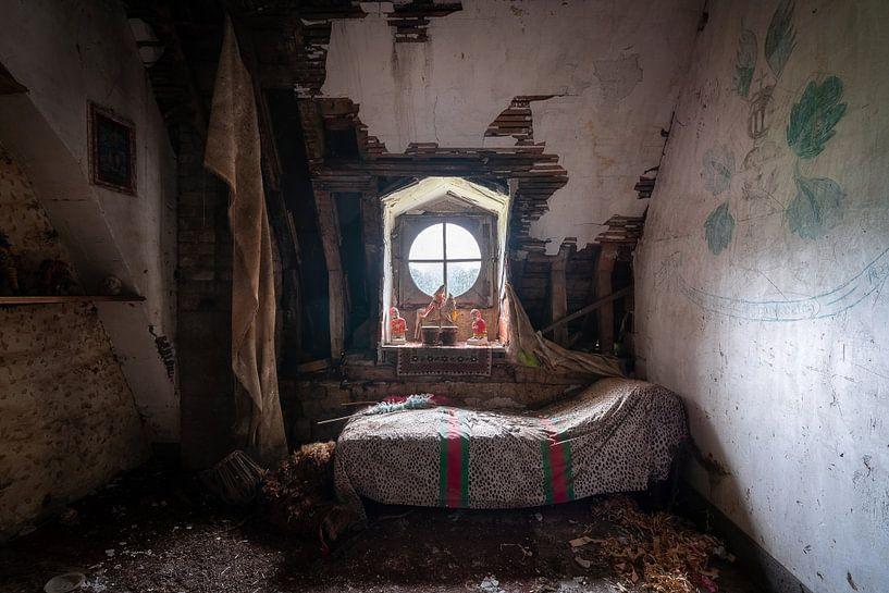 Dunkles verlassenes Schlafzimmer. von Roman Robroek