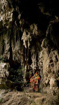 Het altaar voor de ingang van één van de grotten in Khao Sok. van Raymond Gerritsen
