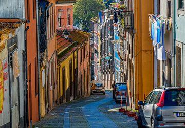 Typische portugiesische Straße im Zentrum von Porto von Sander Hekkema