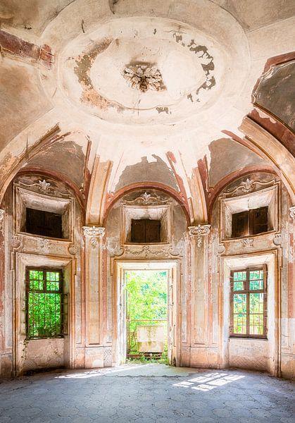 Ingang van Verlaten Villa. van Roman Robroek