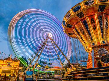 Reuzenrad op het volksfeest 's avonds van Animaflora PicsStock