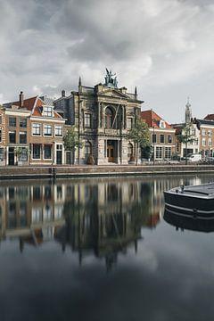 Haarlem: een bewolkt Teylers Museum. van Olaf Kramer