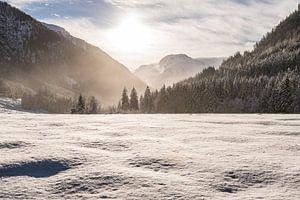 Sneeuwlandschap met bergen en zon