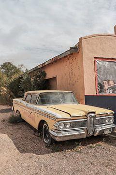 Une vieille voiture américaine sur la célèbre route 66 en Arizona sur Henrike Schenk