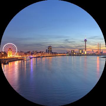 Dusseldorf skyline with red ferris wheel van Michael Valjak