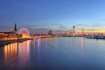 Düsseldorf Skyline mit rotem Riesenrad von