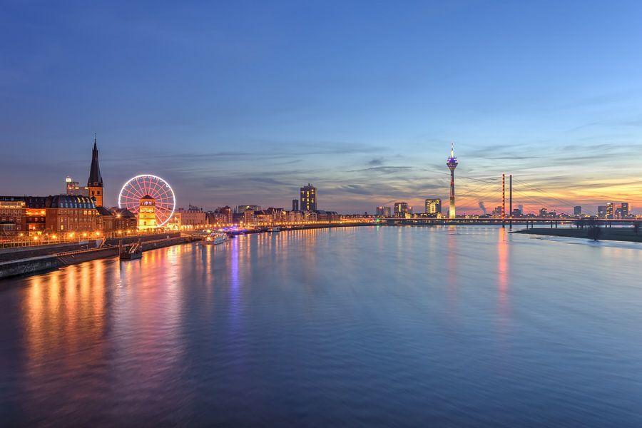 Düsseldorf Skyline mit rotem Riesenrad von Michael Valjak