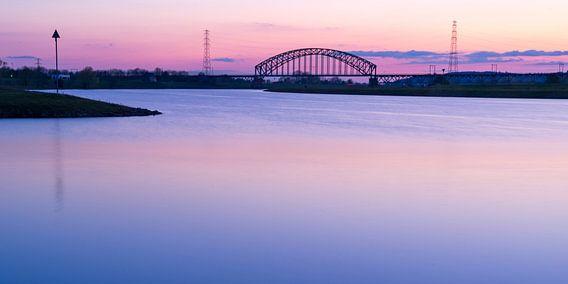 Brug over rivier tegen roze lucht