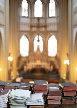 Boeken in de kerk in Oss van Wouter Bos