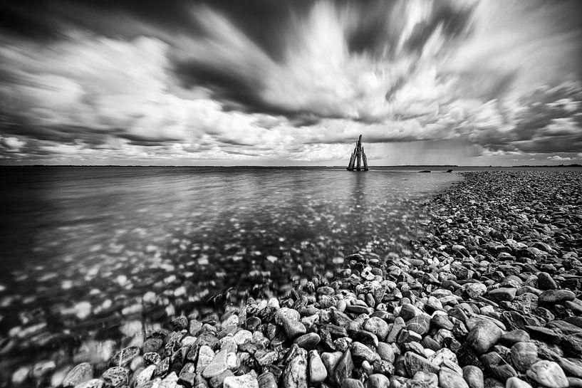Kiezelstrand met storm wolkenlucht boven meer van Fotografiecor .nl