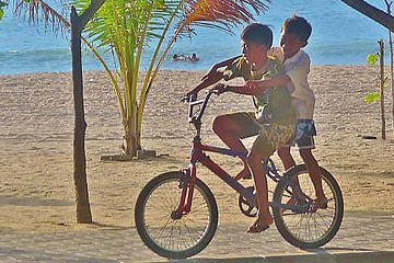 Ondeugende jongetjes op Bali. van