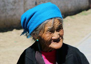 oude vrouw in Tibet van laura van klooster
