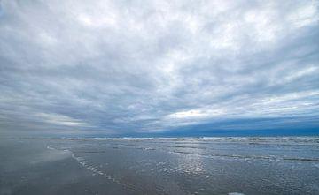 Bewegung in den Wolken am Strand von Karijn Seldam