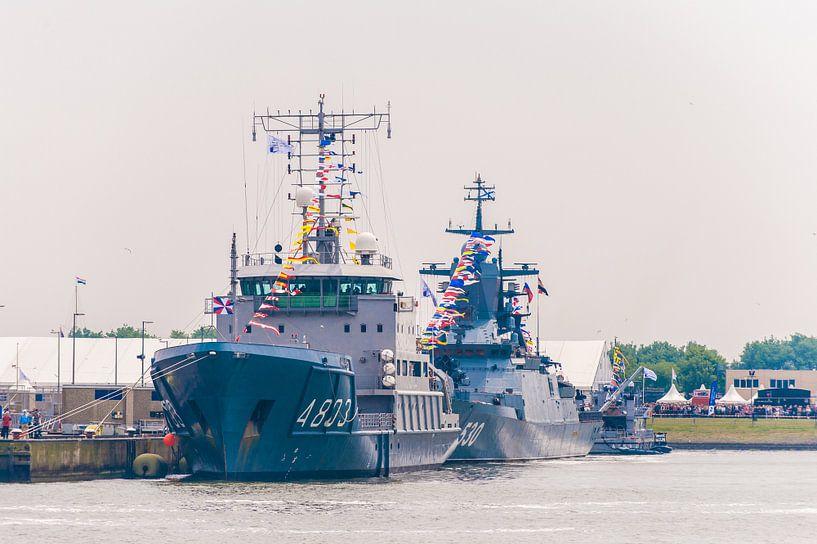 Marineschepen in de haven van Den Helder van Brian Morgan