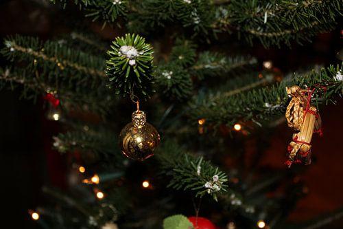 kerstboom met kerstbal en (kerst)engel van UN fotografie