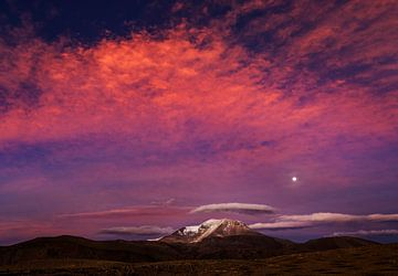 Opkomende maan boven de Altiplano in Chili van