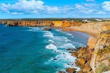 Küstenlinie an der Spitze der portugiesischen Küste bei Sagres an der Algarve von Ivo de Rooij