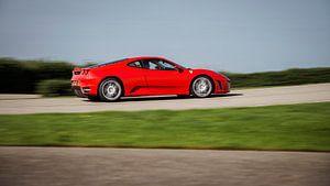 Rood Ferrari F430 in actie op het circuit van