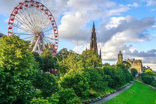 Reuzenrad en Scott Monument in Edinburgh, Schotland van