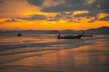 Zonsondergang, Aon Nang beach in Thailand. van Lennert Degelin