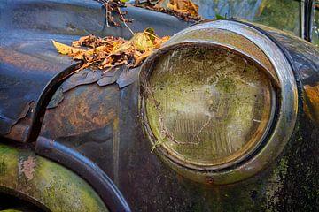 Scheinwerfer eines verlassenen Autos von Carola Schellekens