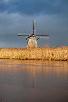 Mühle mit bedrohlicher Luft von Paul Vergeer