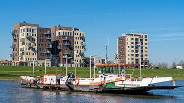 De pont naar Cuijk over de Maas, Cuijk van Jeroen Hoogakker