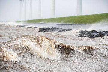 Windturbines aan de IJsselmeeroever in een storm van Sjoerd van der Wal