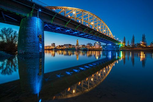 Arnhemse  Rijnbrug in het blauwe uurtje