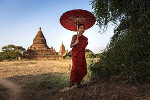 BAGHAN,MYANMAR, DECEMBER 11 2015 -Jonge  monnik wandelt voor een pagode in Baghan.