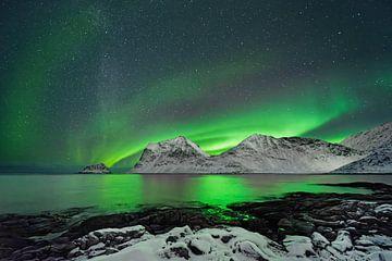 Aurora borealis boven een wintergebergte