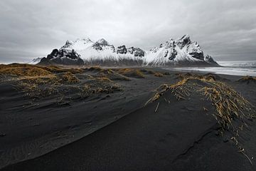 Bergketen voor zwarte zandduinen