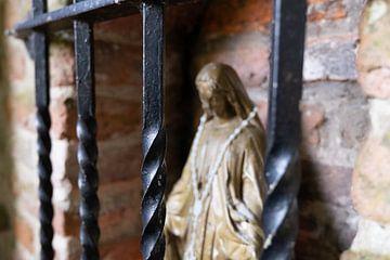 Mariabeeld achter tralies van FHoo