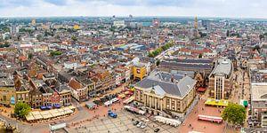 Panorama foto van de Grote Markt en de skyline van Groningen. van Jacco van der Zwan