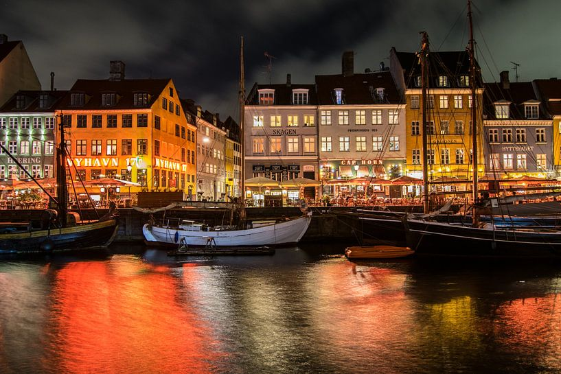 Kleurrijke avond in Nyhavn in de stad Kopenhagen van Manon van Goethem