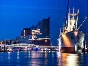 Hamburger Elbphilharmonie und Cap San Diego nachts von
