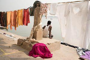India, man in Varanasi van Annet van Esch