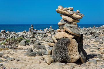 Gestapelde keien als symbool aan kust van het eiland Bonaire van Ben Schonewille