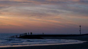 Kustlijn na zonsondergang, Westkapelle, Nederland van themovingcloudsphotography