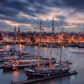 Skyline van Amsterdam met boten op de voorgrond van Dennisart Fotografie