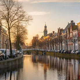 Het Rapenburg van Leiden in het ochtendlicht van Martijn van der Nat