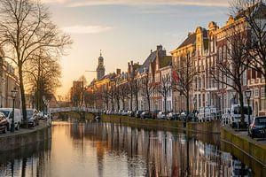 Het Rapenburg van Leiden in het ochtendlicht van