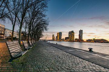 Rotterdam Skyline, Sonnenaufgang mit Blick auf den Wilheminapier von Erik van 't Hof