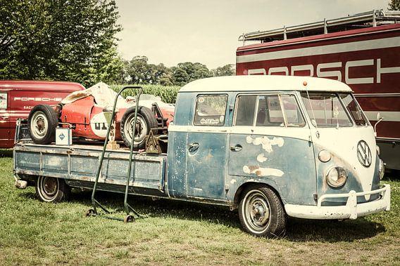 Volkswagen Transporter pick up met een Porsche Formule racewagen