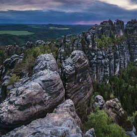 Schrammsteine im Elbsandsteingebirge zum Sonnenuntergang von Jean Claude Castor